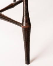 Continuous arm armchair with red highlights detail 2